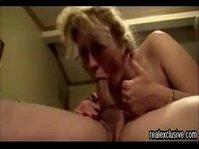 Похотливая самка снимает на камеру горячий отсос мужу