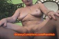 Старая женщина страстно трахается с обнаженным мужиком