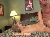 Дерзкая блондинка трахается со стариком на кровати