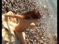 Симпатичная милашка мастурбирует на пляже