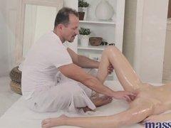 Усатый работник спа салона удовлетворяет своих клиенток