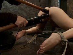 Подготавливает рабыню к бурной ебеле