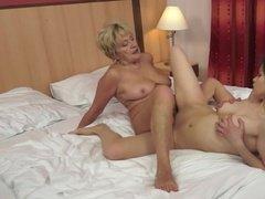 Зрелая леди учит деваху как получить удовольствие