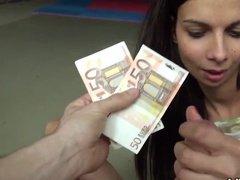 Секс с русской давалкой за кругленькую сумму евро