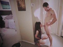 Трахает сексуальную сучку в кладовке на полу