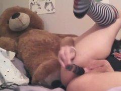 Извращенка трется пиздой об мягкую игрушку и трахает себя в анал