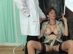 Доктора ставят сексуальные эксперименты на зрелой сучке