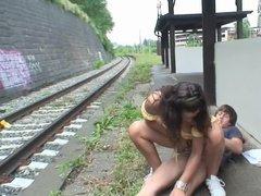 Смелый парень трахает девицу по среди железнодорожной станции