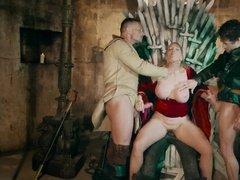 Трое поданных свергнули королеву жестким сексом