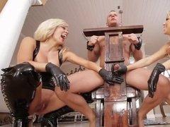 Дамы выжимают сперму их прикованного раба