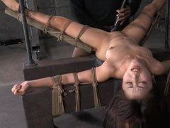 Негр ебет азиатскую рабыню длинным хуем