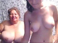 Обнаженная мамаша с дочкой вертят буферами