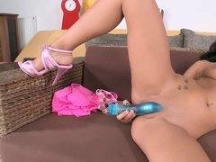 Молодая брюнетка дрочит пизденку голубой секс-игрушкой