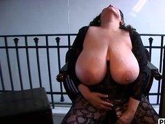 Сисястая женщина резвится с большой секс-игрушкой