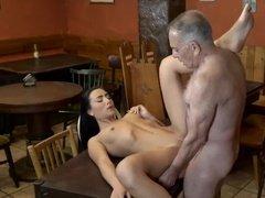Седой папаша сношается с худой дочерью в кафе на столе