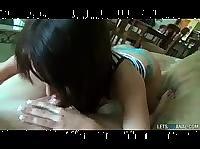 Парень играет с подругой брюнеткой