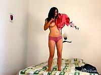 Брюнетка показывает своё ело