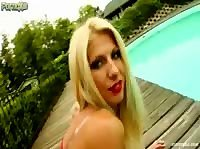 Блондинка активно удовлетворяет себя