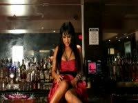 Брюнетка оказывается на барной стойке