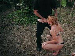 Грабитель жестко трахает блондинку елдаком в рот