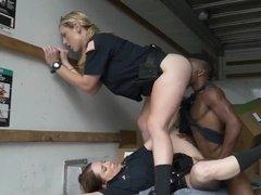 Чернокожий мужик резвится с двумя полицейскими