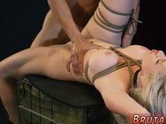 Трахарь дико долбит пизденку связанной блондинки