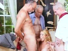 Белокурая красотка трахается с тремя стариками сразу