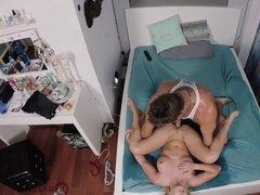 Крепкая блондинка занимается сексом с накачанным мужиком