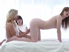 Нежные лесбиянки развлекаются с разными игрушками