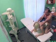 Пластический хирург трахает пациентку, что хочет увеличить грудь