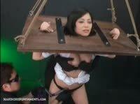 Азиатка оказывается в колодках