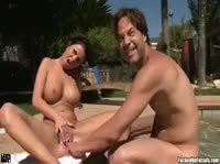 Брюнетка зашла в гости к парням в бассейн
