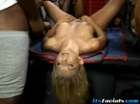 Блондинку покрывают горячей спермой