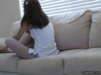 Девушка показывает своё тело