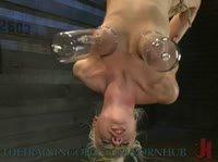 Вакуум и прищепки для БДСМ с блондинкой