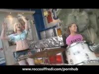 В гараже с двумя школьницами
