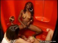 Девушки в красной ванне