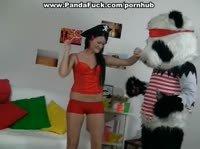 Брюнетка развлекается с пандой