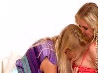 Две страстные и очаровательные блондинки