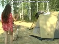 Красотка обслужила троих друзей в палатке