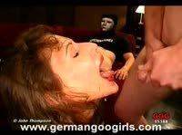 Девушка наслаждается горячей спермой