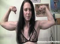 Девушка показывает своё накаченное тело