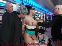 Публичный БДСМ трах девушки в магазин