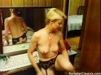 Блондинка отправилась в душ