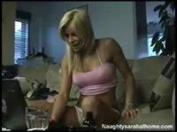 Блондинка играется на камеру