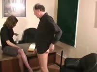 Секретарша подрочила старику начальнику