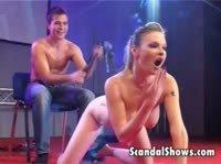 Блондинка на сцене развлекает собравшихся зрителей