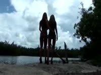 Подруги у прекрасного озера