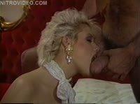 Блондинка с хорошим сладким ротиком