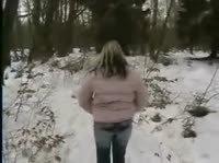 Ране весенняя  прогулка с блондинкой в лесу